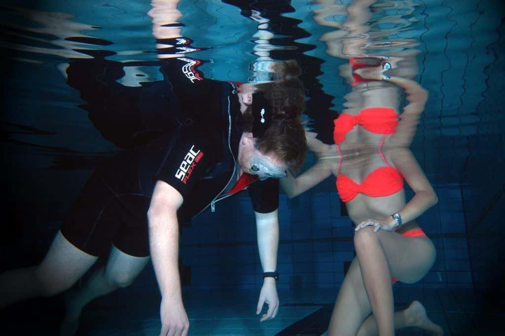 Übungen aus dem Freediving: beim Unterwasser-Yoga lernt man, die Luft anzuhalten. Foto: Thomas Günther