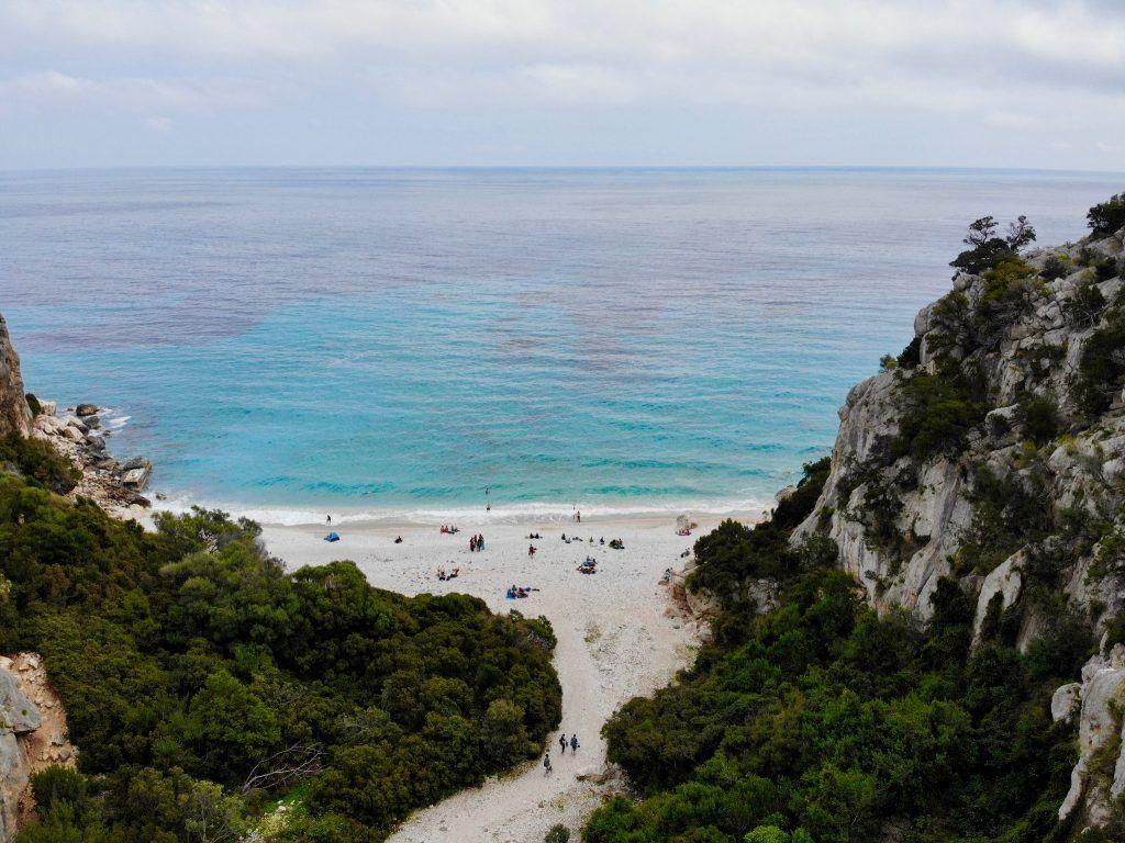 Cala Fuili: die kleine Bucht liegt südlich von Cala Gonone und nur einen kurzen Fußmarsch von der Grotta del Bue Marino entfernt. Foto: Sascha Tegtmeyer