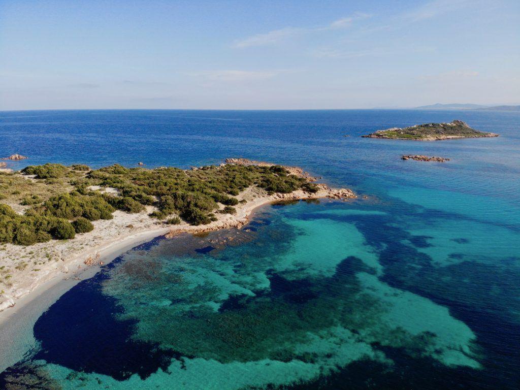Die kleine Bucht am Capo Coda Cavallo – im Hintergrund: die kleine Insel Isola Proratorella, die auch einen absoluten Traumstrand zu bieten hat, wenn man denn hinkommt. Foto: Sascha Tegtmeyer