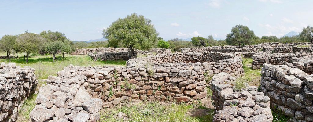 Überall auf Sardinien gibt es antike Stätten wie hier das Villaggio Nuragico di Serra Orrios am Lago de Cedrino. Foto: Sascha Tegtmeyer