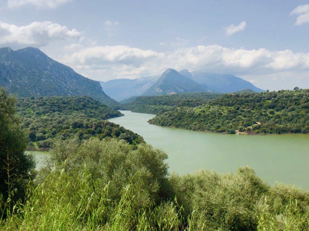 Der Lago del Cedrino ist eingebettet in unberührte Natur und ein Gebirge. Foto: Sascha Tegtmeyer