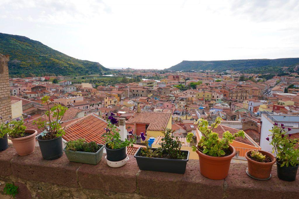 Die kleine Stadt Bosa im Westen gehört nicht nur zu den schönsten Orten der Insel, sondern auch zu den wichtigsten Sehenswürdigkeiten Sardiniens. Foto: Sascha Tegtmeyer