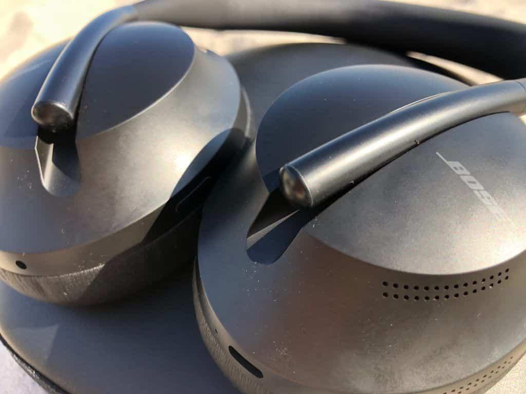 Die Größe des Kopfhörers passt sich automatisch der Kopfform an, indem die Ohrmuscheln sich am Bügel entlang bewegen.