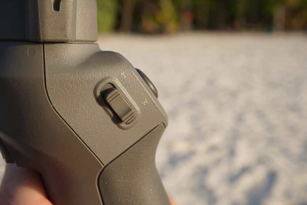 Die Zoom-Taste an der Seite gab es in dieser Form auch schon beim Vorgängermodell. Der Zoom des Gimbals könnt noch etwas gleichmäßiger und smoother sein. Foto: Sascha Tegtmeyer