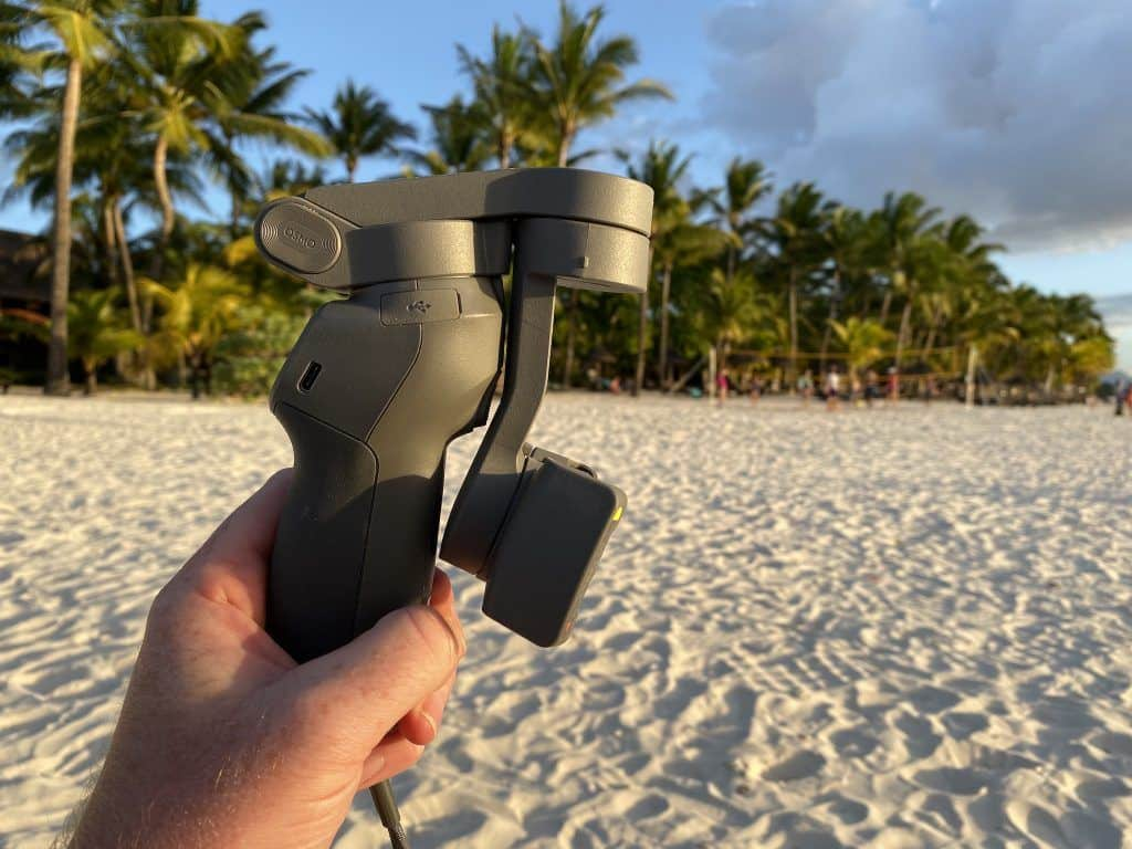 Eine der wichtigsten Neuerungen: Der DJI Osmo Mobile 3 lässt sich jetzt in wenigen Sekunden zusammenklappen oder ausklappen. Foto: Sascha Tegtmeyer