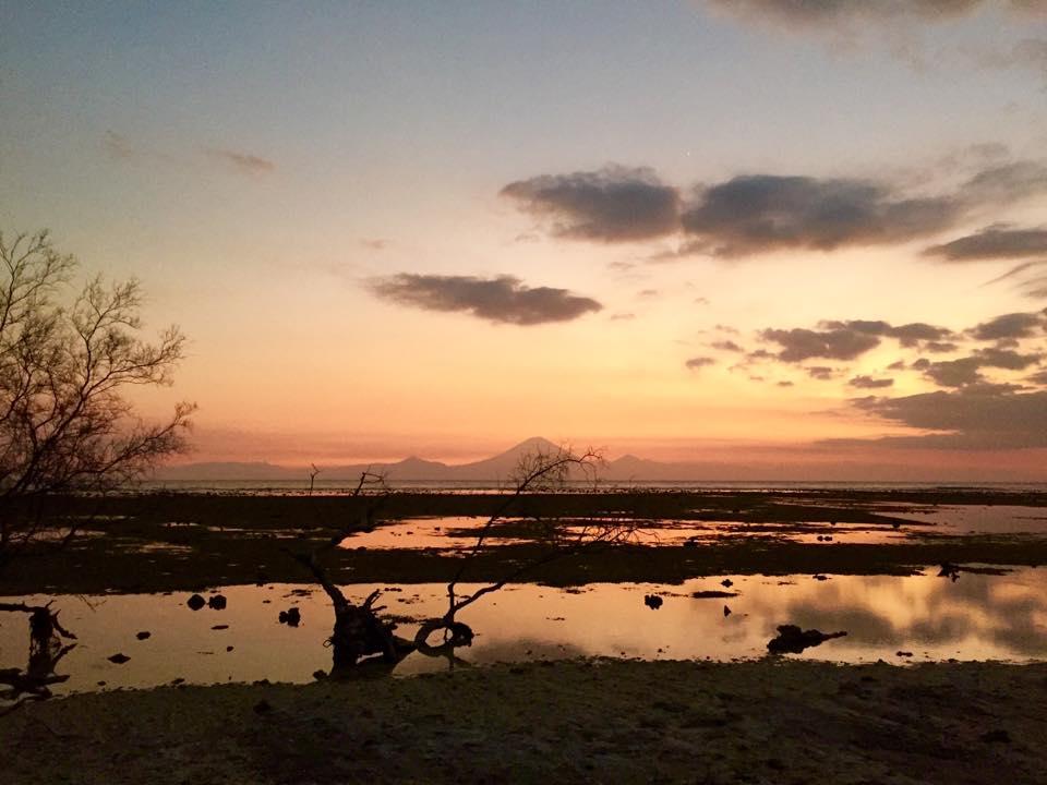Im Hintergrund sieht man den Mount Agung auf Bali. Foto: Sascha Tegtmeyer