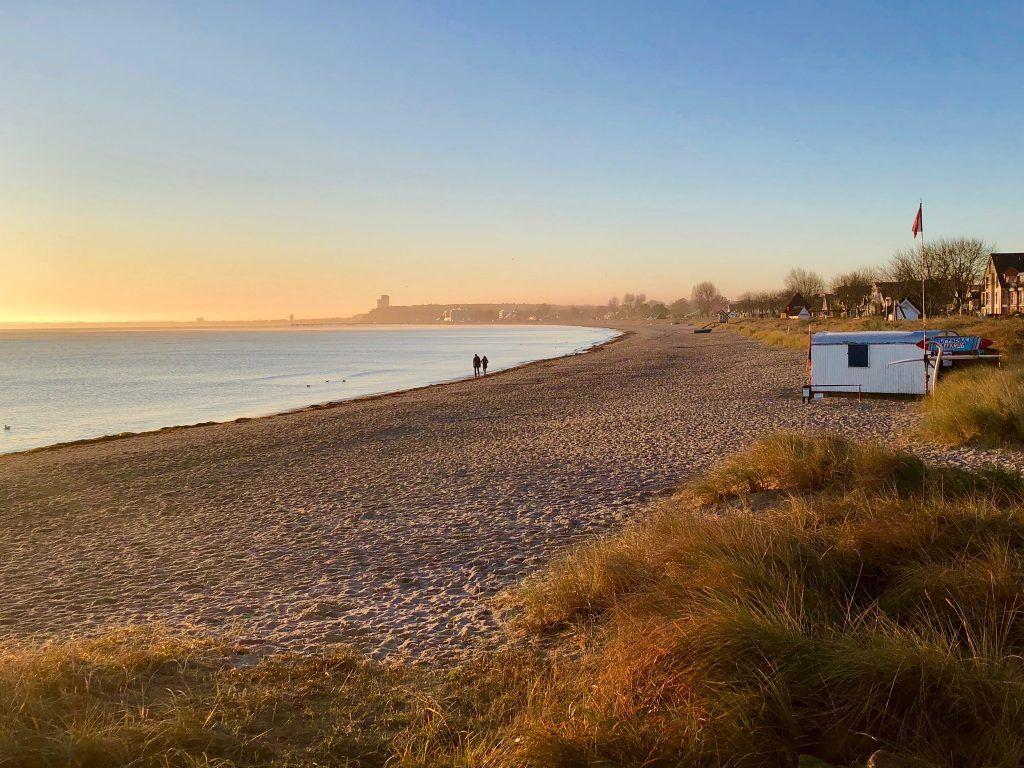 Erst einmal tief durchatmen: Beim Ostsee-Urlaub im Herbst kann entspannt am Strand entlang joggen. Foto: Sascha Tegtmeyer
