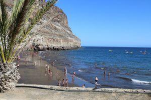 Strand auf Gran Canaria: manche Buchten haben dunklen Sand, andere hellen. Foto: Sascha Tegtmeyer