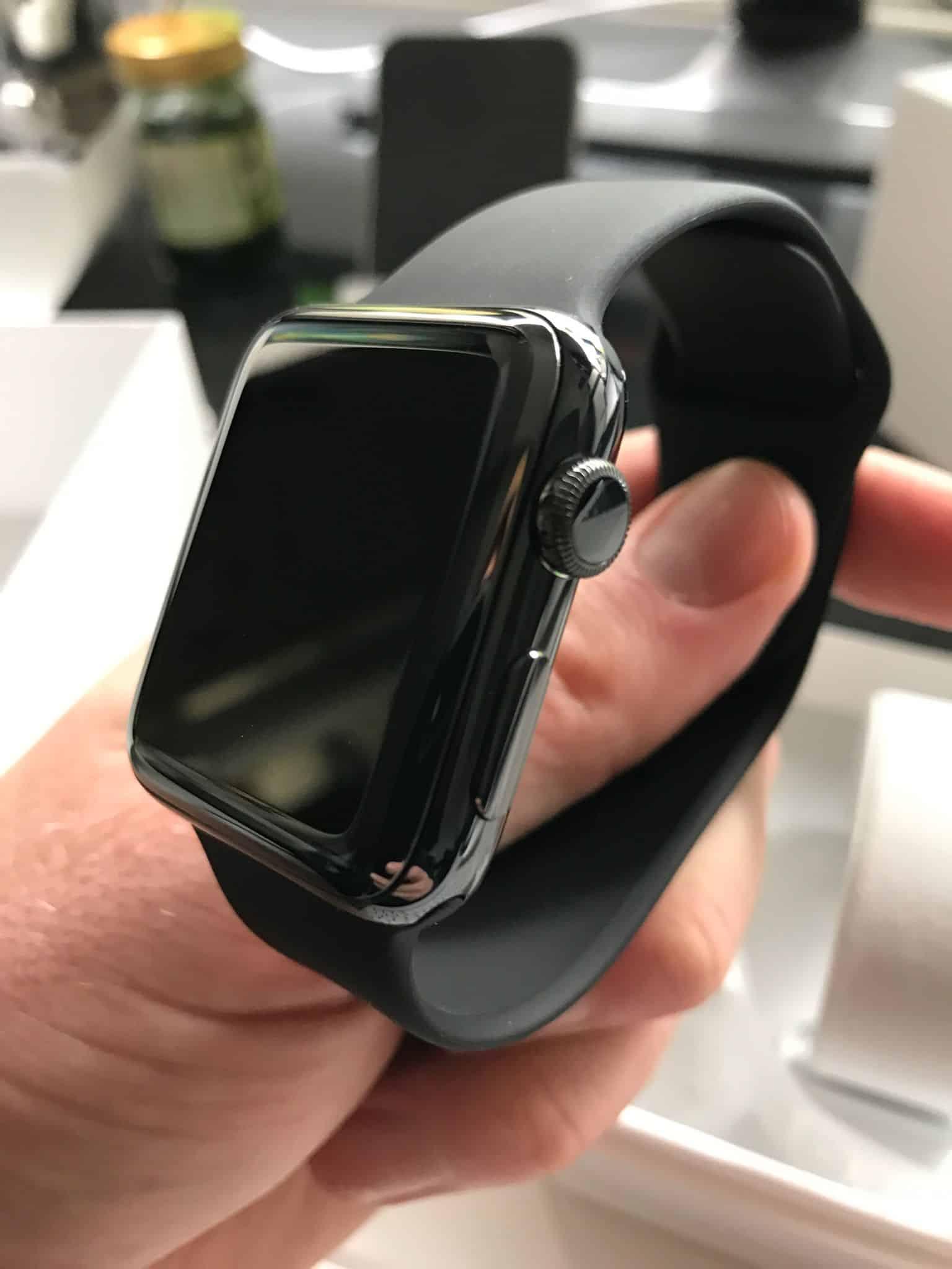 Schickes Ding, diese neue Apple Watch Series 2 Space Black: Aber ist sie auch für Wassersportler und Weltreisende geeignet? Foto: Sascha Tegtmeyer