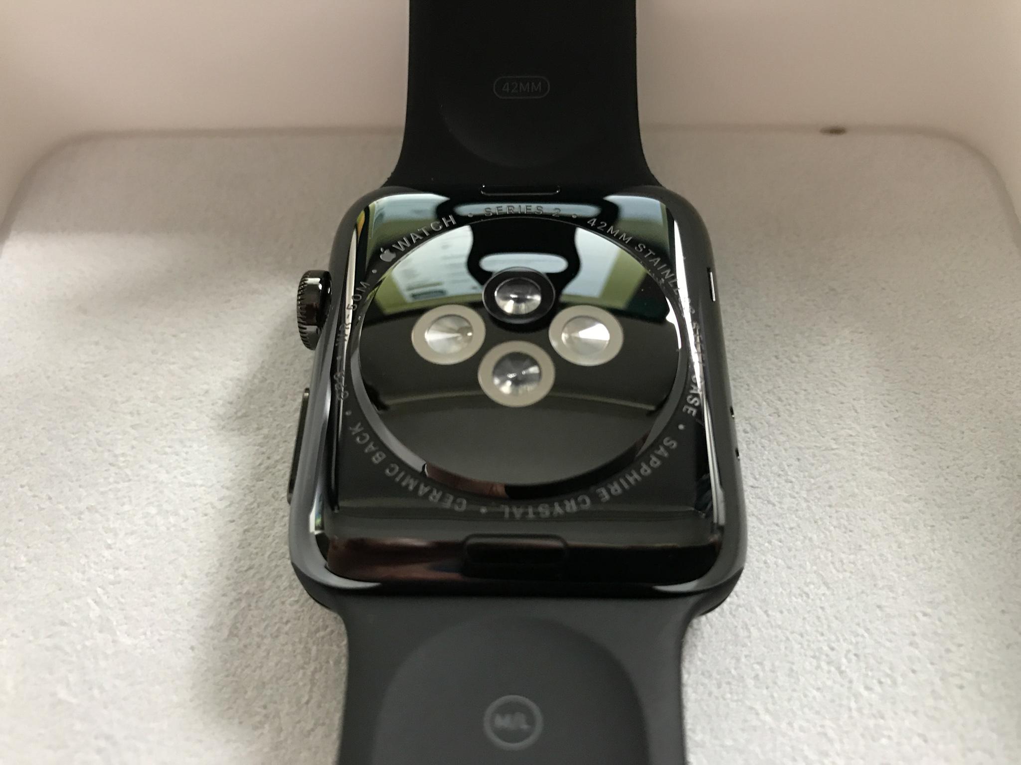 Für aktive Wassersportler: Die Sensoren auf der Rückseite der Apple Watch Series 2 Space Black messen zuverlässig die Herzfrequenz. Foto: Sascha Tegtmeyer