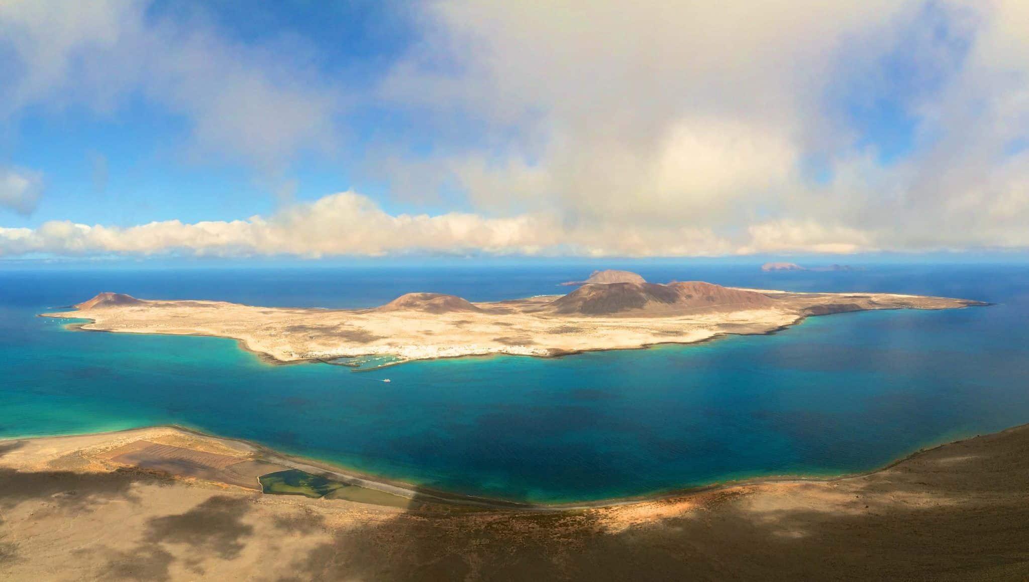 Blick von Lanzarote auf die Nachbarinsel La Graciosa: Die Vulkaninsel ist ein Paradies für Wassersportler und Abenteurer. Foto: Sascha Tegtmeyer