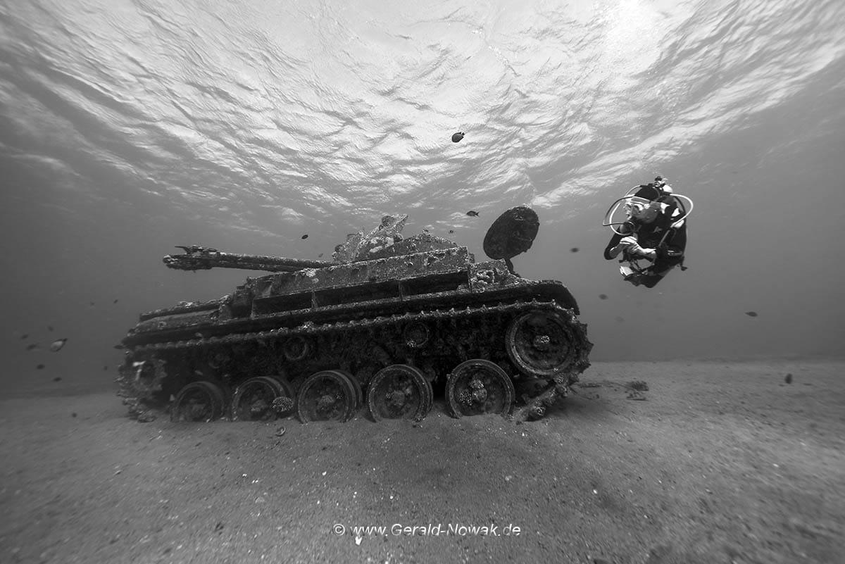 Spannendes Tauchgebiet vor Tala Bay: Bei der Dive Challenge wurde auch bei einem versenkten Panzer getaucht. Foto: Gerald Nowak