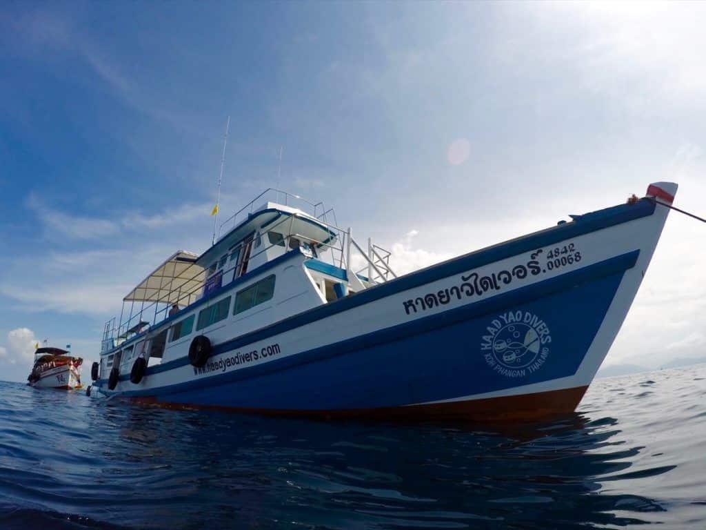 Mit dem Tagesboot der Haad Yao Divers geht's zu den schönsten Tauchplätzen. Foto: Sascha Tegtmeyer