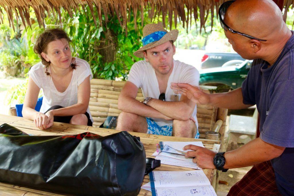 Taucher beim Briefing: mit den Haad Yao Divers geht es zu den schönsten Tauchplätzen rund um Koh Phangan. Foto: Sascha Tegtmeyer