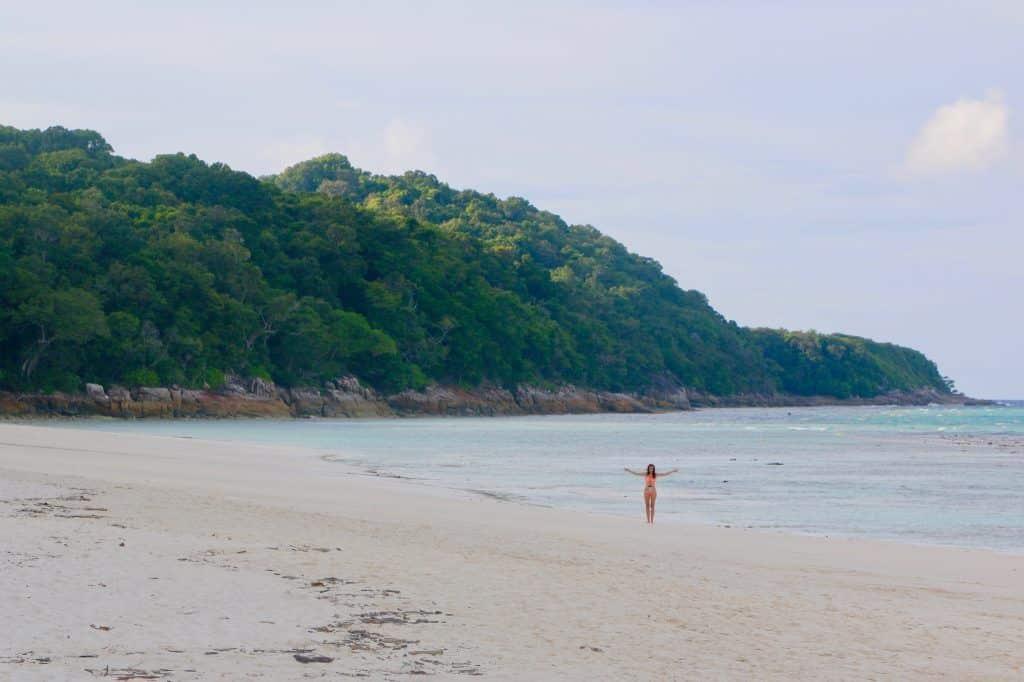 Dieser Traumstrand auf Koh Tachai liegt mitten im Nirgendwo und könnte ebenfalls problemlos als schönster Strand Thailands gelten. Foto: Sascha Tegtmeyer