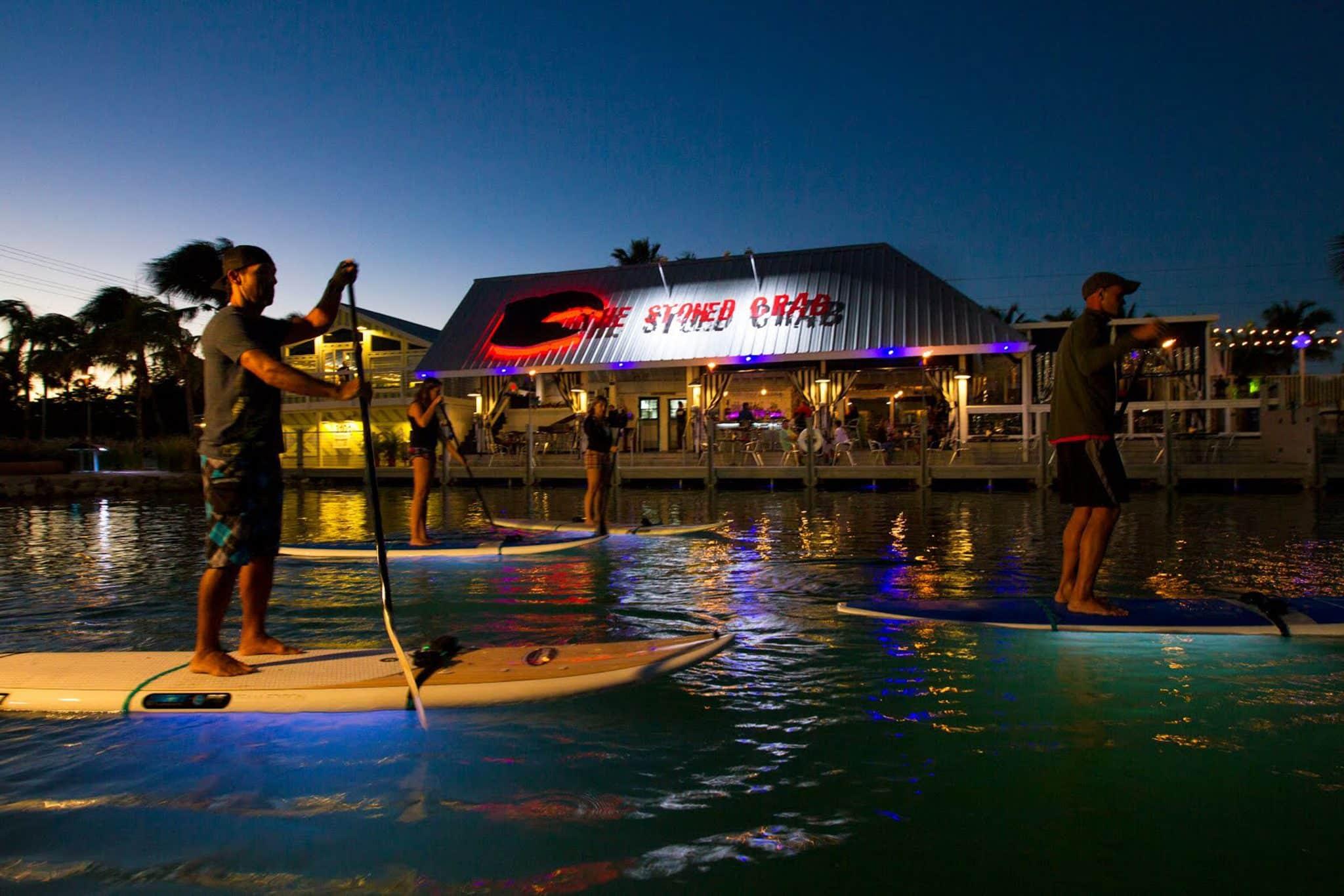 Beim Nightboarding auf Key West geht es mit Stand Up Paddling Boards bei Nacht ins Wasser. Foto: Ibis Bay Beach Resort