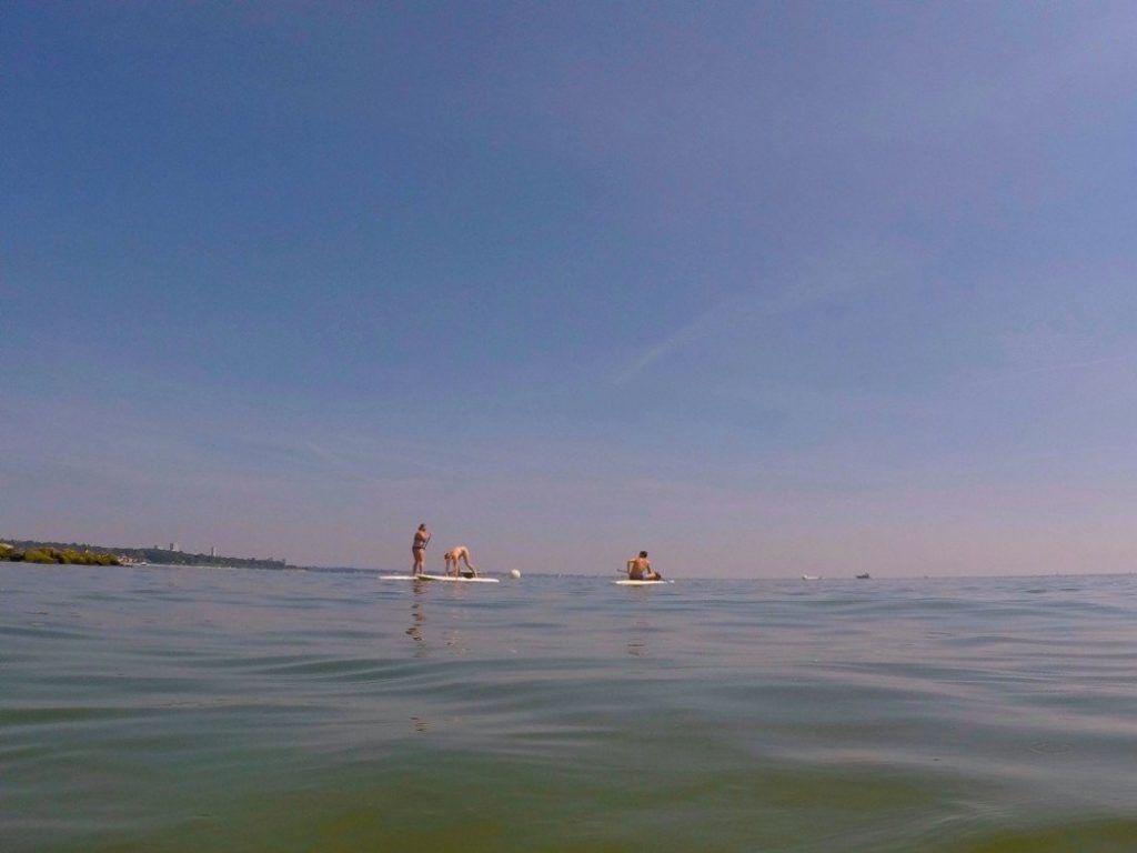 Stand up Paddler auf der Ostsee: In Sicherheitstipps für Paddler wird empfohlen, immer eine Schwimmweste und ein Smartphone in einer Dryback dabeizuhaben, um im Notfall Hilfe rufen zu können. Foto: Sascha Tegtmeyer