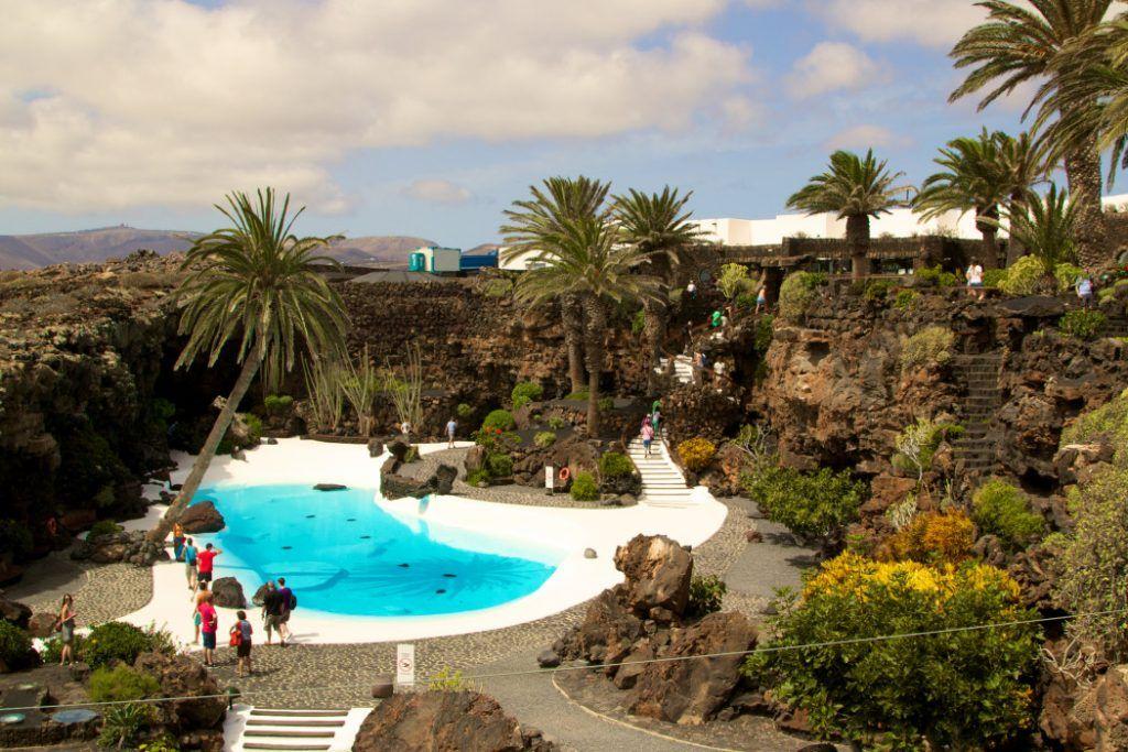 Die Jameos del Agua sind Lavablasen, die vom Künstler Cesar Manrique gestaltet wurden. Dazu gehören unter anderem ein unterirdischer See und ein Outdoor-Pool. Foto: s. Tegtmeyer