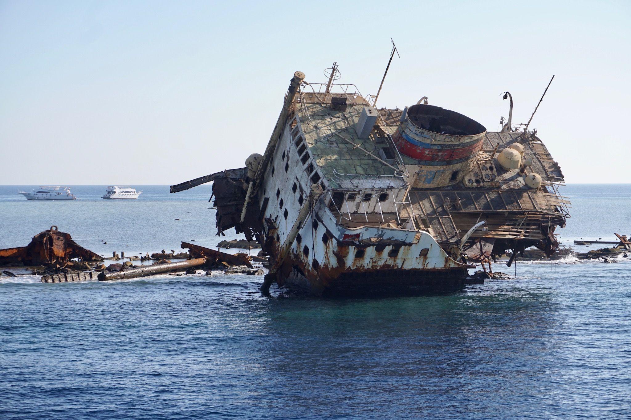 Gespenstisch: am Gordon Reef vor Sharm El Sheikh ist vor Jahren ein Frachter auf Grund gelaufen.