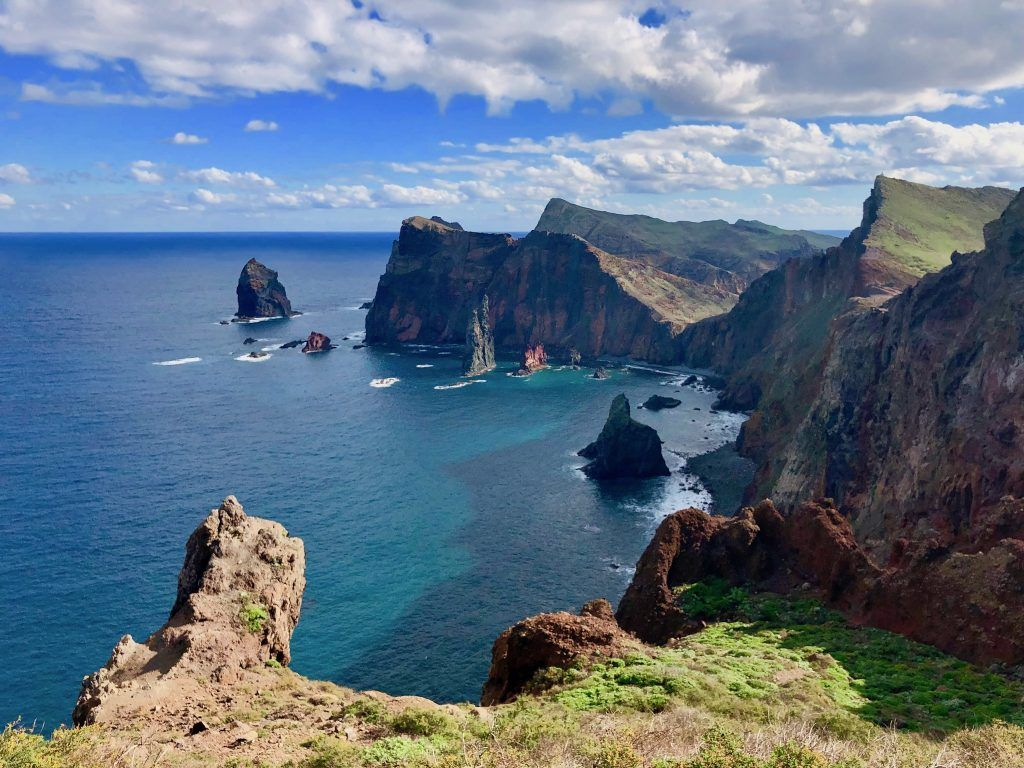 Spitz und imposant ragen die Felsen auf Madeira aus dem Wasser empor. Foto: Sascha Tegtmeyer