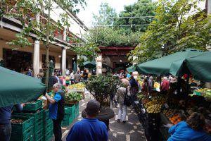 In der Markthalle von Funchal gibt es alle möglichen Leckereien des täglichen Bedarfs. Foto: Sascha Tegtmeyer
