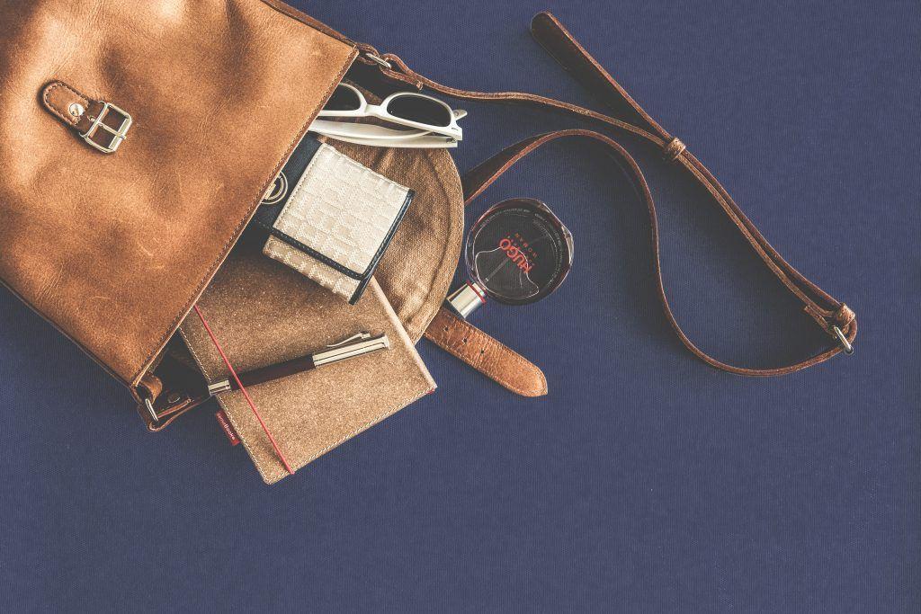 Manche Portemonnaies sind so dick, dafür benötigt man direkt einen Extra-Rucksack – ein No-go für aktive Urlauber. Foto: Pexels