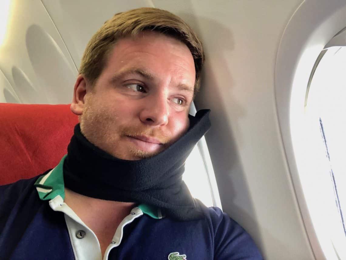 Nackenkissen für Reisen im Test: Wir haben das trtl Pillow ausprobiert. Foto: Sascha Tegtmeyer