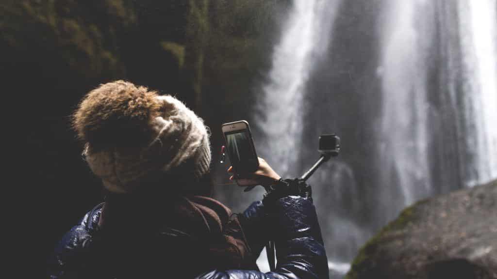 Viele Reisende nutzen Ihre Smartphones zu vielfältigen Zwecken – etwa als Fotokamera. Foto: unsplash