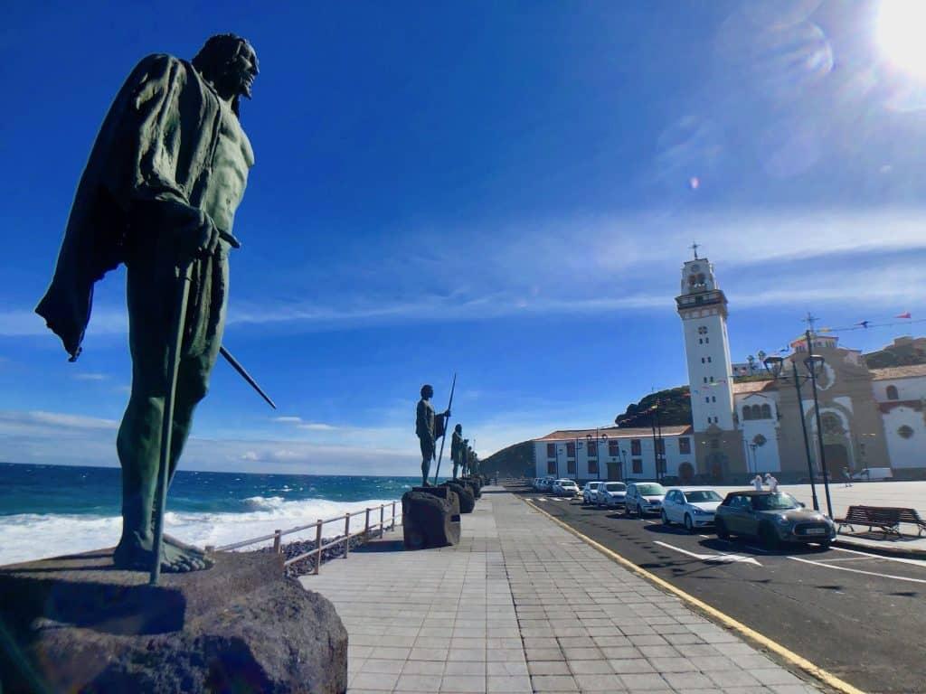 Statuen der Guanchenkönige: Sie sollen an die Ureinwohner von Teneriffa erinnern. Sie wurden 1495 besiegt, als die Spanier Teneriffa eingenommen haben. Foto: Sascha Tegtmeyer