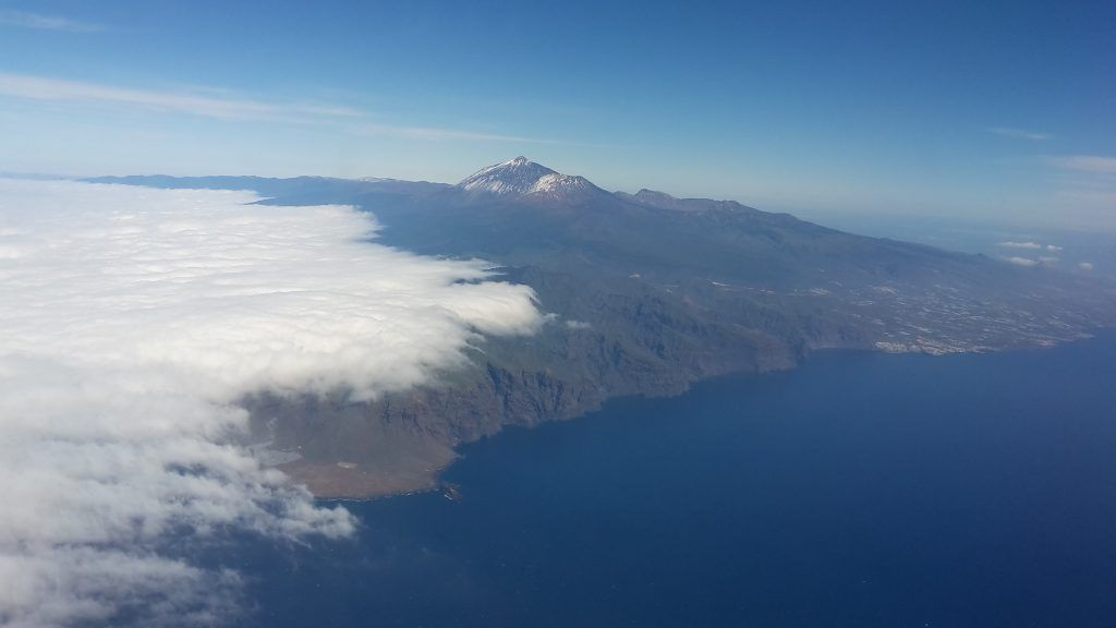 Luftaufnahme von Teneriffa: die abwechslungsreiche Insel ist ein beliebtes Reiseziel. Das Wetter ist typisch: der Süden ist sonnig und der Norden häufig bewölkt. Foto: C. Jörg Metzner