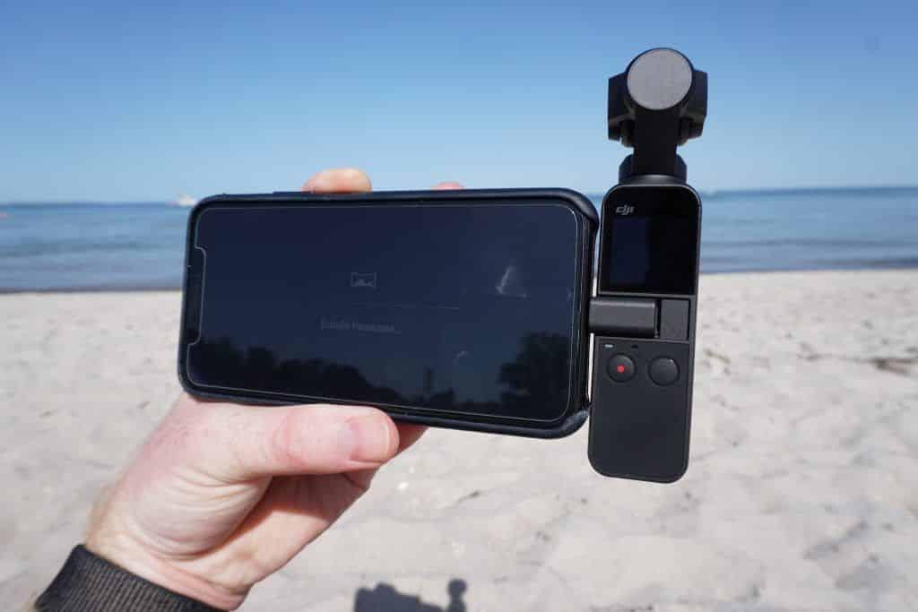 Angedockt an ein iPhone lässt sich der Osmo Pocket direkt über das Smartphone steuern – und die Bilder werden sofort übertragen. Foto: Sascha Tegtmeyer