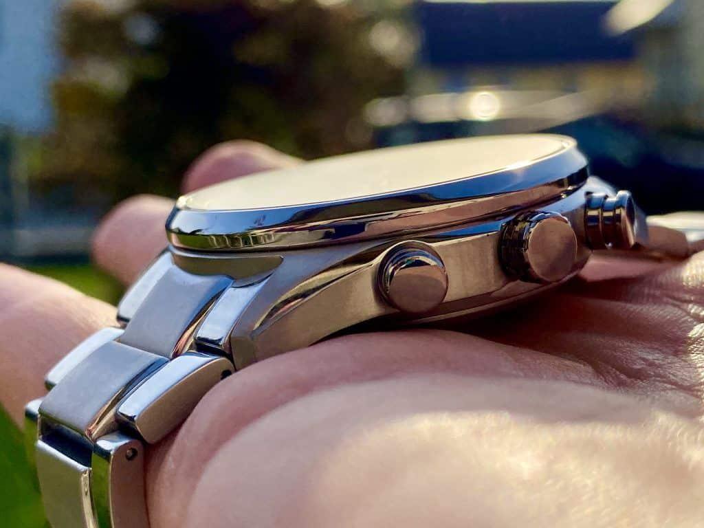 Edeler Zeitmesser: Die Citizen Herren-Funkuhr Eco-Drive Titanium CB5020-87L hat ein Gehäuse und Armband aus Titanium. Foto: Sascha Tegtmeyer
