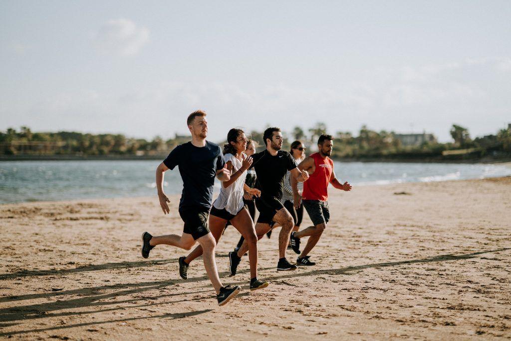 Beim Joggen am Strand gibt es einiges zu beachten – Fitness- und Erholungsfaktor sind hoch, die Verletzungsgefahr leider auch. Foto: Unsplash