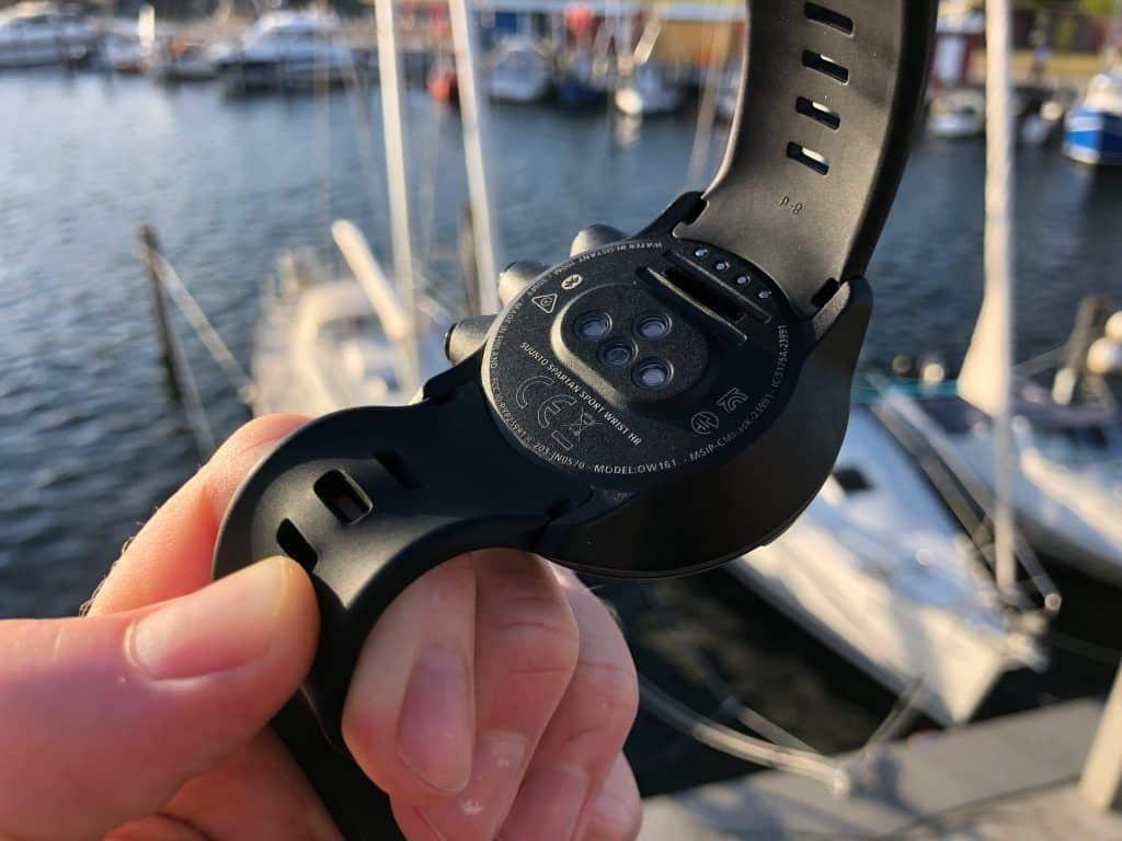 Auf der Unterseite der Suunto Spartan Sport Wrist HR befindet sich der zuverlässige Herzfrenquenz-Sensor, der die Messung direkt am Handgelenk vornimmt. Foto: Sascha Tegtmeyer