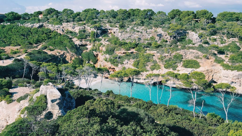 Abgelegene Bucht auf Mallorca: In der Nebensaison habt Ihr diese idyllischen kleinen Stränden manchmal noch fast für Euch allein. Foto: Unsplash