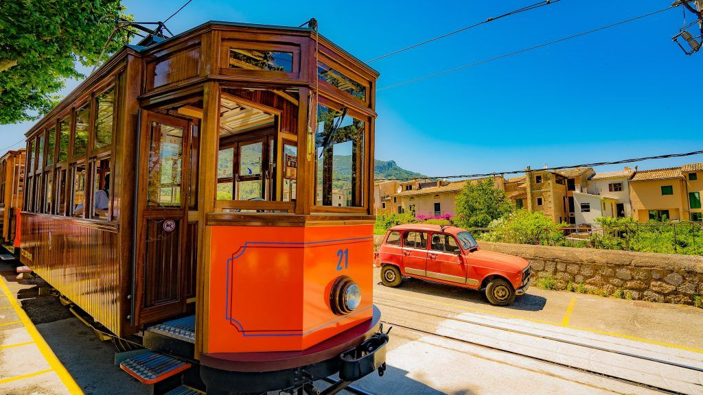 In Port de Sóller fährt auch heute noch eine histiorische Bahn. Foto: Unsplash