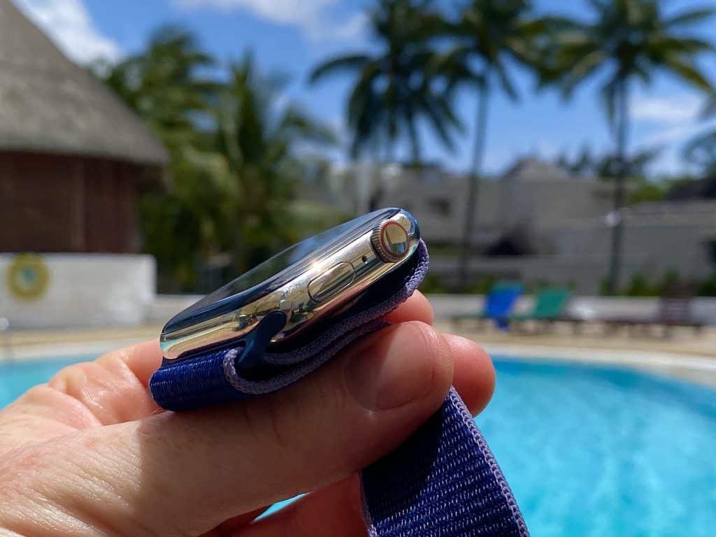 Optisch ist die Apple Watch Series 5 – zumindest in Aluminium und Edelstahl – mit dem Vorgänger nahezu identisch. Foto: Sascha Tegtmeyer