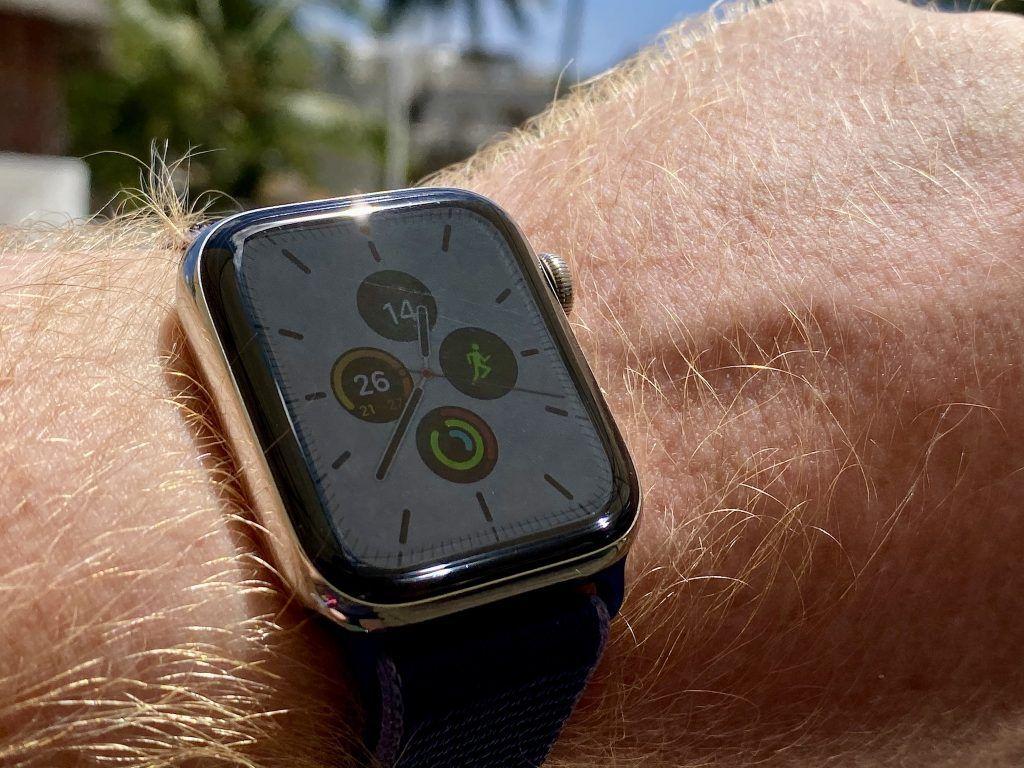 Das Always-on-Display der Apple Watch Series 5 schaltet bei hellen Zifferblättern nach einigen Sekunden auf Dunkel um – um Energie zu sparen. Foto: Sascha Tegtmeyer
