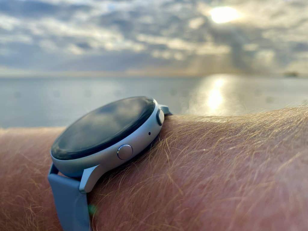 Hochwertige Verarbeitung, rundes Design: In unserem Samsung Galaxy Watch Active 2 Test hat sich die Smartwatch ziemlich gut geschlagen. Foto: Sascha Tegtmeyer