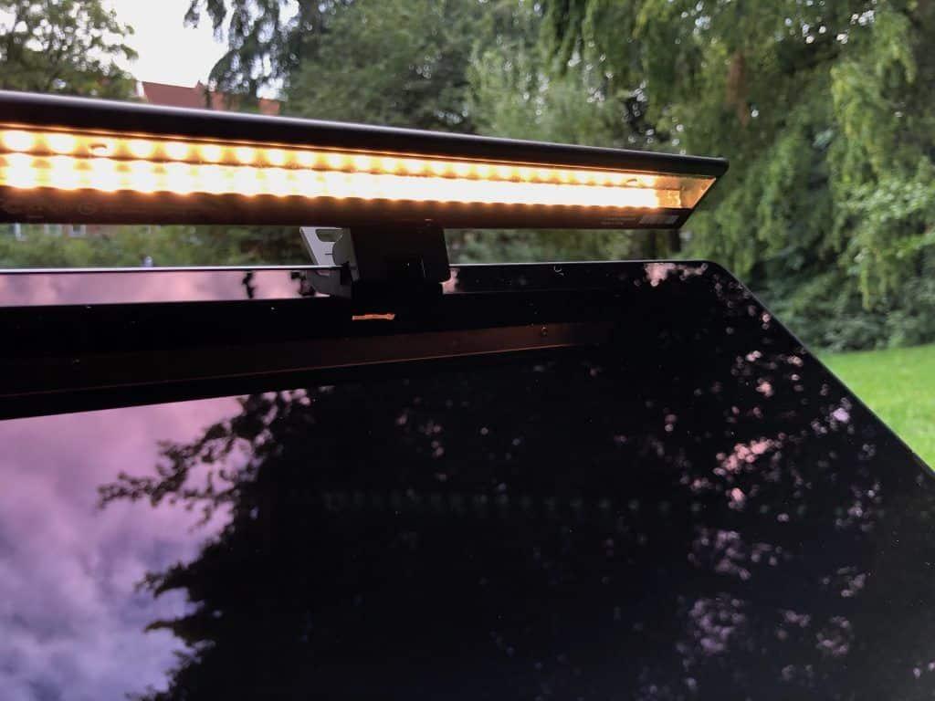 Von kühl-blau bis warm-gelb – die BenQ ScreenBar Lite kann das Licht nach Bedarf anpassen. Foto: Sascha Tegtmeyer