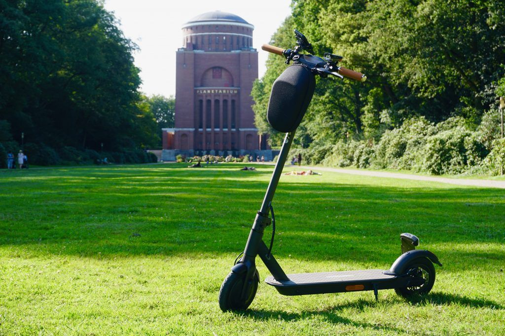 E-Scooter im Test: Was können die flinken Roller wirklich? Im Bild: der IO Hawk Sparrow Legal vor dem Planetarium in Hamburg. Foto: Sascha Tegtmeyer