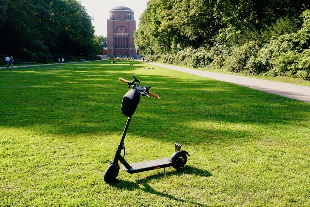 E-Scooter könnten die Innenstädte von Autos entlasten – unser Test zeigt jedenfalls, dass die Gadgets praktikabel sind. Foto: Sascha Tegtmeyer
