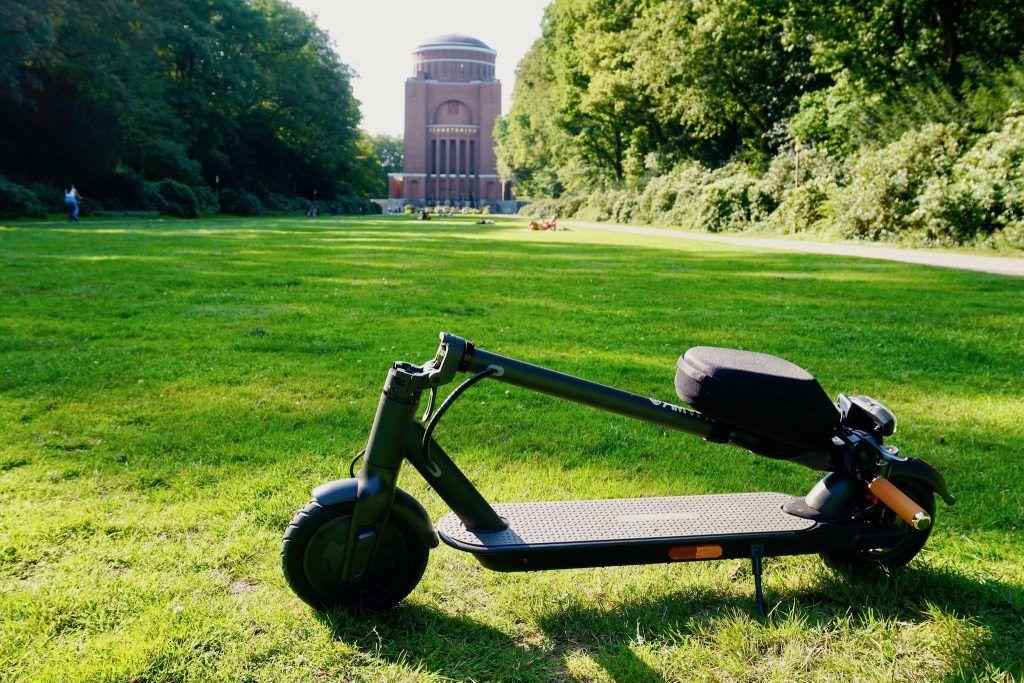 Zusammengeklappt passt der E-Scooter perfekt in den Kofferraum des Autos oder lässt sich komfortabel tragen. Foto: Sascha Tegtmeyer