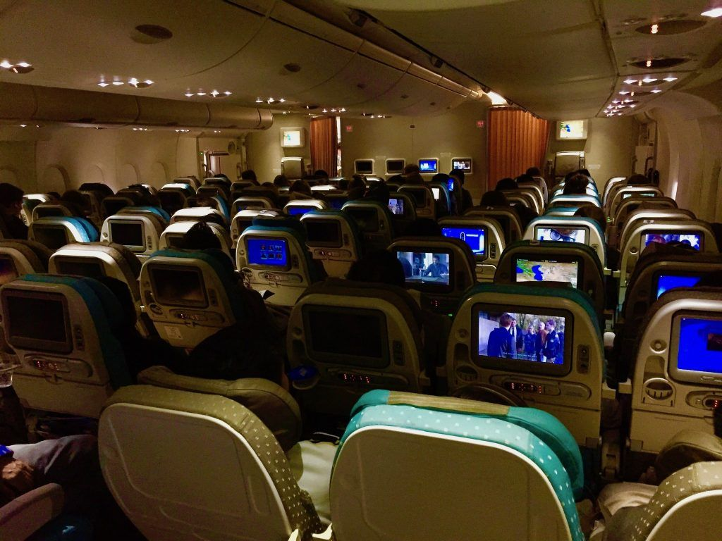 Wer im Großraumflieger auf der Langstrecke unterwegs ist, hat zumindest in der Economy Class reichlich Gesellschaft. Foto: Sascha Tegtmeyer