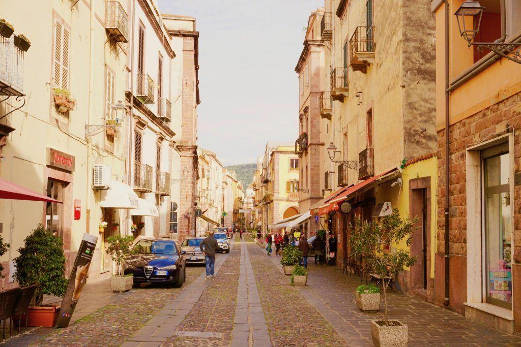 Typisch sardisch: Die kleinen Städte laden zum Verweilen, Espresso trinken und Dolce Vita ein. Foto: Sascha Tegtmeyer