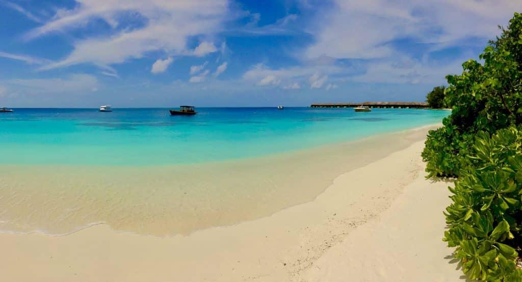 Der Strand der von den Wellen abgewandten Seite von Coco Bodu Hithi. Foto: Sascha Tegtmeyer Reisebericht Coco Bodu Hithi Malediven Erfahrungen