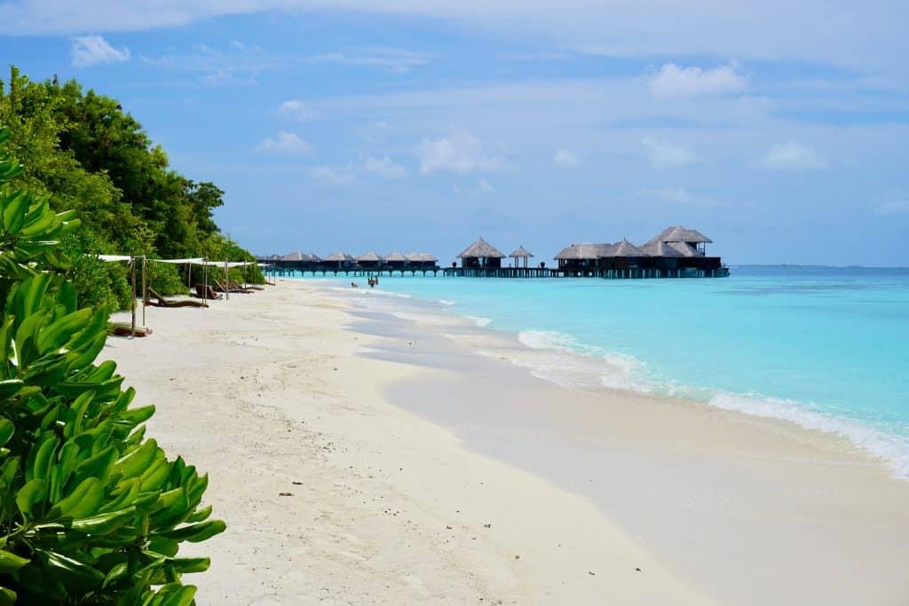 Im Hintergrund sieht man das Wellness Center von Coco Bodu Hithi. Foto: Sascha Tegtmeyer Reisebericht Coco Bodu Hithi Malediven Erfahrungen