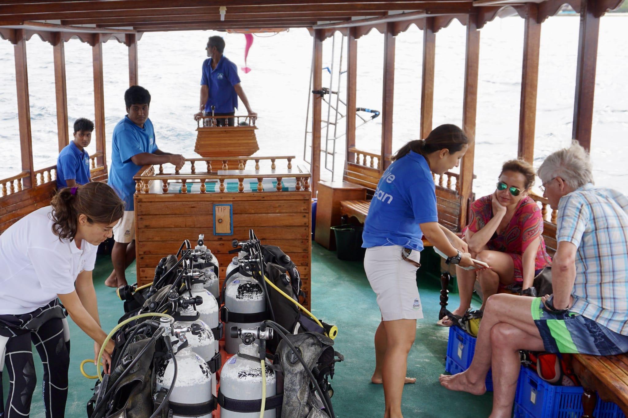 Dive Ocean Bodu Hithi (Bodu Hithi Dive Center): Mit dem traditionellen Dhoni geht es mehrmals täglich zu über 30 verschiedenen Tauchplätzen. Foto: Sascha Tegtmeyer