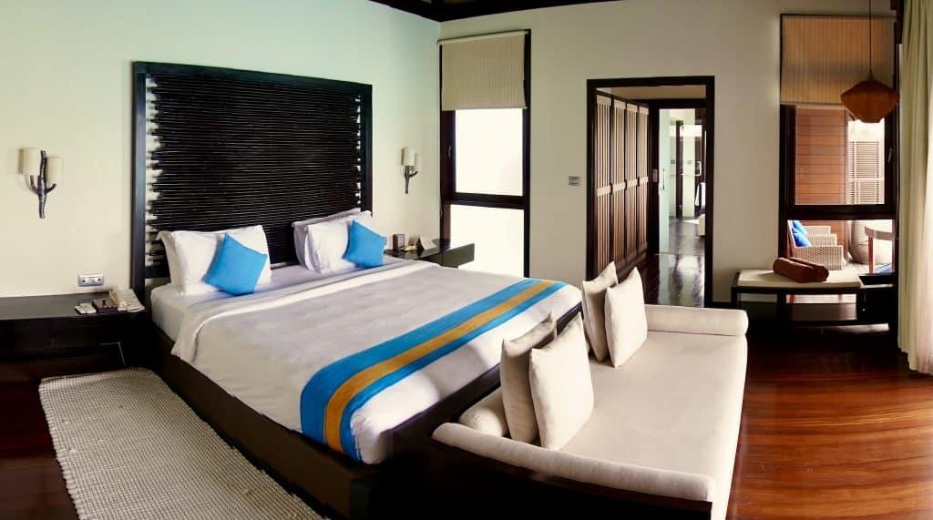 Schlafzimmer einer Water Villa mit unverbaubarem Meerblick – der beste Ausblick nach dem Aufwachen. Foto: Sascha Tegtmeyer Reisebericht Coco Bodu Hithi Malediven Erfahrungen