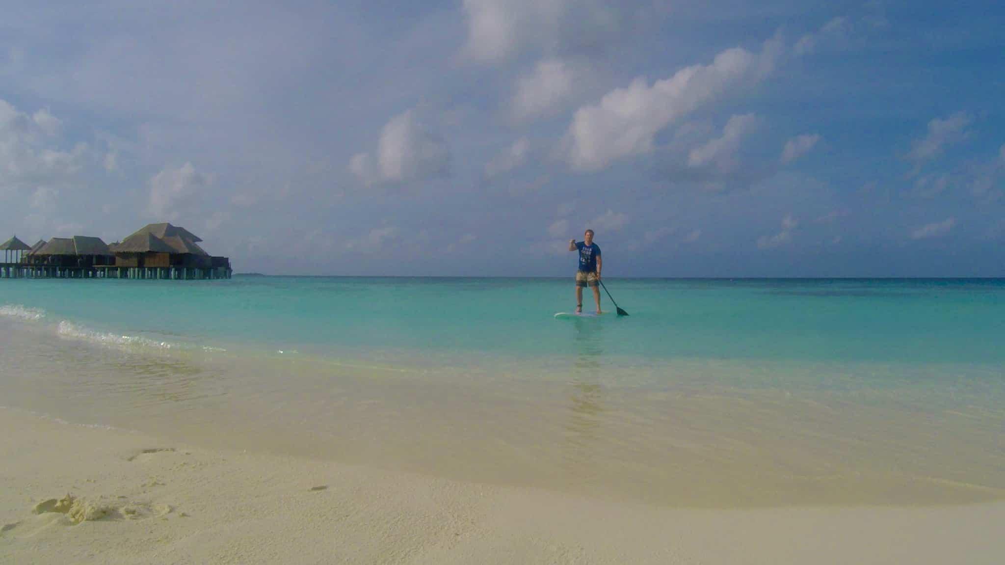 Ich war jeden Tag auf Bodu Hithi mit dem SUP unterwegs – ein ideales Workout im Urlaub. Reisebericht Coco Bodu Hithi Malediven Erfahrungen